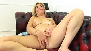 Blonde MILF HD solo with a nice model